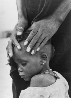 "♪ World Press Photo Winner ""The Faces of Hunger"" by Ovie Carter. A mother comforts her child, both victims of drought. Rosa Parks, We Are The World, People Of The World, World Press Photo, Le Clown, Einstein, Powerful Images, Human Condition, Documentary Photography"