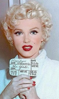 Marilyn Monroe in a hair test for The Seven Year Itch, This is one of the few films she let Ben Nye do her Makeup for, instead of 'Whitey' her regular makeup man. Estilo Marilyn Monroe, Marilyn Monroe Photos, Marilyn Monroe Books, Hollywood Glamour, Classic Hollywood, Old Hollywood, Hair Test, Male Makeup, Makeup Man