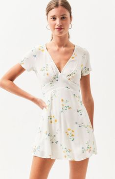 Shuffle into the weekend in style with the Bodice Swing Dress from LA Hearts. Made from a woven fabric, this floral printed dress features short sleeves, v-neckline, and a fitted bodice. Flattering Dresses, Casual Dresses, Short Dresses, Casual Outfits, Summer Swing Dresses, Column Dress, Super Cute Dresses, Lifestyle Clothing, Pop Fashion