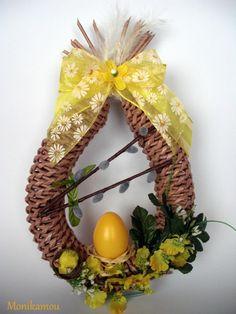 ПЛЕТЕНИЕ ИЗ ГАЗЕТ И НЕ ТОЛЬКО) . Paper Weaving, Art N Craft, Paper Basket, Egg Decorating, Easter Wreaths, Easter Crafts, Spring Flowers, Grapevine Wreath, Happy Easter