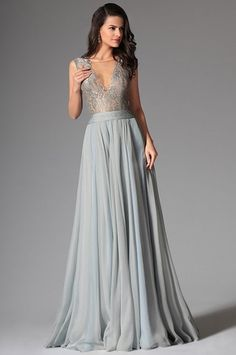 37f3431e4c3c Splývavé společenské šaty s krajkovým živůtkem šaty mají jemný krajkový  živůtek s hlubokým V výstřihem dominantou