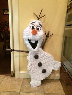 I made this Olaf piñata for mi girl. She is so happy!