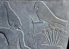 Detalle anverso PALETA DE NARMER. Aparece a la izquierda el rey portando la corona blanca del Alto Egipto y a la derecha el dios HORUS representado como un halcón sujetando a un enemigo sobre seis tallos de papiros simbolo del delta del Nilo (Bajo Egipto)
