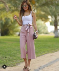 Zara pink culottes paired with a white singlet Classy Outfits, Chic Outfits, Spring Outfits, Fashion Outfits, Womens Fashion, Pink Culottes, Culottes Outfit Summer, Coulottes Outfit, Pantalon Large