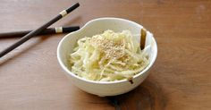 How to make a restaurant-worthy Japanese cabbage salad No Salt Recipes, Snack Recipes, Cooking Recipes, Healthy Recipes, Healthy Food, Japanese Cabbage Salad, Sushi, Dieta Paleo, Asian Recipes