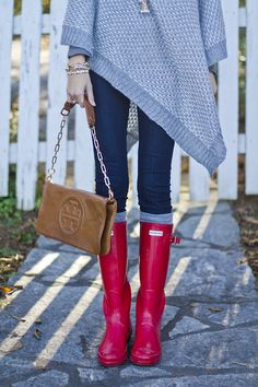 Gray chunky knit poncho, Tory Burch bag, red Hunter boots, Love the boots.I'd just pair this outfit with a different pair. Look Fashion, Street Fashion, Womens Fashion, Fall Fashion, Fall Winter Outfits, Autumn Winter Fashion, Winter Clothes, Red Hunter Boots, Red Boots