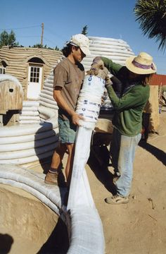 Cal-Earth teach the unique Earthbuilding (Superadobe) techniques as well as traditional cob and adobe earth building techniques. Cob Building, Green Building, Earth Bag Homes, Earthship Home, Mud House, Adobe House, Rammed Earth, Natural Building, Building Materials