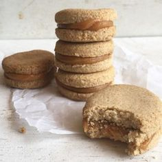 Alfajores de avena Alfajores of oats More Related posts: Banana Sushi (a fun & healthy snack for kids College Student Dorm Snacks Ideas / Best List of Healthy Foods to Buy The Best Gluten Free Travel Snacks Paleo Dill Pickles Tortas Light, Cookie Recipes, Dessert Recipes, Snacks Saludables, Tasty, Yummy Food, Foods With Gluten, Healthy Desserts, Healthy Recipes