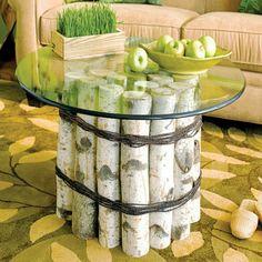 kleiner Couchtisch aus gebündelten Birkenstämmen und einer Glasplatte
