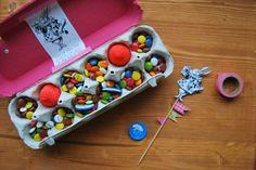 Chocolate para Pascua hecho en caja de huevos DIY. Egg cartoon for Easter.