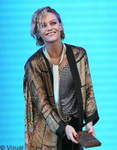 La chanteuse avait surpris toute la sphère beauté en passant sans complexe d'une longue chevelure ondulée à une coupe courte bouclée, en février dernier. Un changement radical qui marquait alors la fin de son histoire d'amour avec le père de ses enfants, Johnny Depp. http://www.elle.fr/Beaute/News-beaute/Beaute-des-stars/Coupe-courte-comment-Vanessa-Paradis-gere-la-repousse-2718248