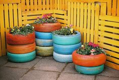 Reusing old tires to make planters. Just ask for your old tires when you get new ones. They are YOURS and many times you get charged a disposal fee. Why not take them home and reuse them? Painted Tires, Painted Pallets, Tire Garden, Fence Garden, Farm Fence, Fence Art, Pool Fence, Easy Garden, Jardin Decor