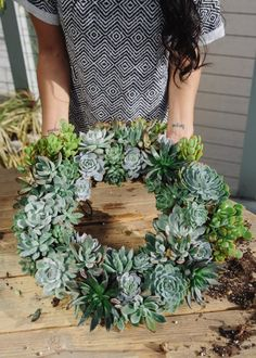 Uncovet presents DIY: Succulent Wreaths featuring Willow & Jade's Veronica! Is home and garden your thing? Uncovet presents a DIY tutorial on how to make your very own succulent show stopper, and just in time for the holidays! Read below to find out. Succulent Centerpieces, Succulent Wreath, Succulent Arrangements, Succulent Gardening, Succulent Terrarium, Planting Succulents, Organic Gardening, Suculentas Diy, Plantation