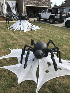 Astonishing DIY Dollar Store Halloween Decoration Ideas - No contest, hands down. Halloween is my favorite holiday! In addition to planning our Film Society's annual Halloween event, I also spend hours onli. Diy Halloween Party, Casa Halloween, Halloween Spider Decorations, Dollar Store Halloween, Halloween Snacks, Diy Halloween Spider, Halloween Yard Ideas, Halloween 2020, Halloween Stuff