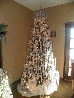 lovely christmas tree decoration ideas as a great inspiration 13 White Christmas Trees, Christmas Tree Design, Beautiful Christmas Trees, Christmas Tree Themes, Pink Christmas, Xmas Tree, Christmas Tree Decorations, Christmas Time, Christmas Wreaths