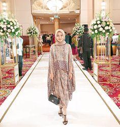 Model Kebaya Muslim, Kebaya Modern Hijab, Kebaya Hijab, Batik Fashion, Hijab Fashion, Fashion Outfits, Cowl Back Wedding Dress, Kebaya Simple, Dress Muslim Modern