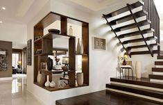 Sok természetes anyaggal, a földszínek árnyalataival, élénk színek nélkül berendezett terek - otthonos, modern hangulat egy családi házban. A képek egy kész otthonokat kínáló cég (Carlisle Homes) kínálatából származnak, berendezés variációkat mutatnak be egy adott családi ház modell belső tereiben - az alsó szinten nyitott, tágas közösségi helyiségekkel, terasszal, az emeleten háló- és fürdőszobákkal.