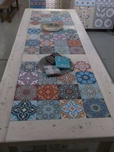 Furniture of pallets decorated with hydraulic tiles- Muebles de palets decorados con azulejos hidráulicos hydraulic tiles and pallets More - Tile Tables, Tile Patio Table, Garden Table, Diy Casa, Deco Table, Home And Deco, Mosaic Tiles, Kitchen Mosaic, Tiling