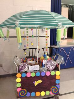 Idea for seams of cart (if we have trouble with the edges) Willy Wanka, Roald Dahl Day, Wonka Chocolate Factory, Candy Cart, Candy Theme, Trunk Or Treat, School Play, Putt Putt, Christmas Chocolate