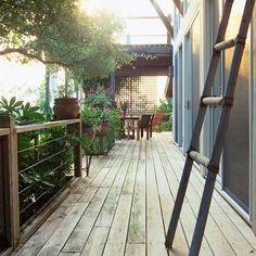 Uma grade de arame de estilo treliça, em torno do deck. Funciona também como um elemento de design.
