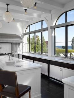 Austin Patterson Disston Architects gives a family their dream kitchen. Bright Kitchens, Home Kitchens, French Kitchens, Beautiful Kitchens, Beautiful Interiors, Connecticut, British Colonial Decor, Cocinas Kitchen, Colonial Kitchen