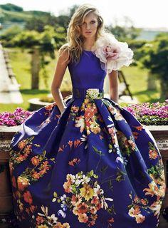 Пышное платье с цветком из ткани