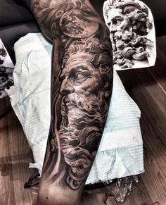 Tatouage homme bras et tatouage avant-bras en 50 idées flambant neuves Arm and forearm tattoo in 50 unusual ideas to make you stand out! Zeus Tattoo, Posseidon Tattoo, Hades Tattoo, Kopf Tattoo, Smoke Tattoo, Forarm Tattoos, Tattoo Forearm, Tatouage Hercules, Hercules Tattoo