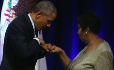 President Obama in tranen door optreden Aretha Franklin *pinkt traantje weg*