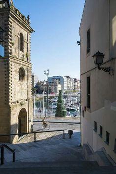 Gijón puerto deportivo, al fondo la escultura de la sidra.