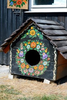 """folklore"" Painted dog house, or should I say glam house, in Poland Dog Houses, Bird Houses, Folklore, Glam House, Polish Folk Art, Animal Projects, House Painting, Painted Furniture, Outdoor Decor"