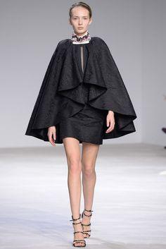 Giambattista Valli Parigi - Haute Couture Spring Summer 2016 - Shows - Vogue. Couture Week, Style Haute Couture, Spring Couture, Couture Fashion, Runway Fashion, Vogue Fashion, Paris Fashion, Fashion Week, High Fashion