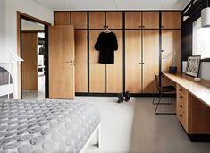 Det originale indbyggede inventar har fået lov at dominere i soveværelset. Closet Bedroom, Home Bedroom, Bedroom Decor, Villa, Ikea Trones, H & M Home, Floating, Closet Designs, Mid Century House