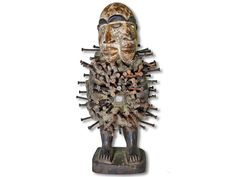 Das Angebot bezieht sich auf eine herrliche Doppelkopf Schutzfigur der Nkisi. Diese Nkisi Figur wurde aus Holz in handwerklicher Geschicklichkeit geschaffen und besitzt schützende Eigenschaften. (Gebrauchspuren in Form von Trocknungsrissen). Die wunderschöne Doppelkopf Schutzfigur der Nkisi hat eine Höhe von ca. 37cm. Nur noch einige wenige Stück im Lager. Seien Sie schlau und kaufen Sie jetzt.#DoppelkopfSchutzfigurderNkisi #NkisiFigur #AfricanArt #afrikanischeKunst #AfrikaDekoShop