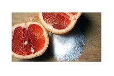 Why don't you use grapefruits for cleaning the bath tab?       ライフハッカー[日本版]より転載 : レモンを使って虫よけにするなど、柑橘系のフルーツは家事にも大活躍。こちらでは、もうひとつの...