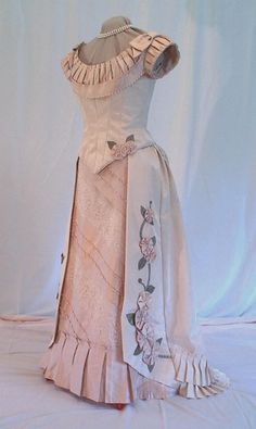Victorian Ball Gowns, Victorian Dresses, Victorian Era, Style Édouardien, Cheap Gowns, Bustle Dress, Fancy Blouse Designs, Vintage Gowns, Vintage Clothing