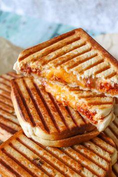 Sloppy Joe Toast - Toast Med Kødsauce Og Cheddar - Opskrift På Toast - Lækre Sloppy Joe toast med hjemmelavet kødsauce og cheddar. Min kødsauce er med masser af bacon, som bestemt gør disse toasts ekstra lækre. Du kan lave en masse og fryse ned og derved har til travle dage. #Toast #Kødsauce #Ost #Sandwich #Aftensmad