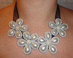 Maxi Colar em flores branco pérola - Designed by Talitha Jacob R$80,00