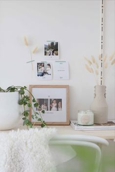 Décorez votre coin bureau en accrochant quelques jolies photos souvenir au mur Photo Souvenir, Decoration, Floating Nightstand, Table, Furniture, Home Decor, Desk Nook, Nice Photos, Wall