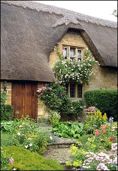 English garden with a thatched roof cottage English Cottage Style, English Country Cottages, English Country Gardens, English House, English English, Cottage Living, Cottage Homes, Cottage Gardens, Storybook Cottage