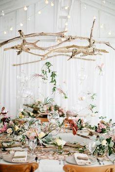 ぶら下げられた花瓶に裸電球や流れ木。ナチュラルかわいいデコで屋内のボーホーウェディングもすてきですね。