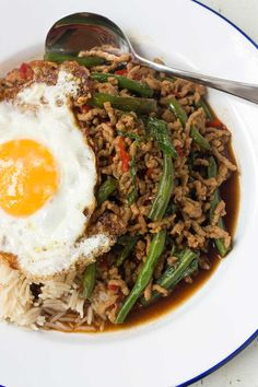 This Thai stir-fry is made of minced meat, chilis and basil. Serve it with an egg on top and you've got an easy and delicious meal in only 15 minutes!