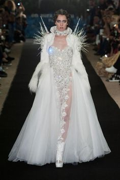 Queen of the Others - On Aura Tout Vu Haute Couture fall 2014 Couture Mode, Style Couture, Couture Fashion, Runway Fashion, Fashion Week, High Fashion, Fashion Show, Fashion Design, Queen Fashion