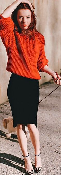 Wearing an H skirt, red sweater, the shoes designed for Schutz.