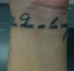 """This tattoo says """"Un dia a la vez"""" which means one day at a time in Spanish ♥"""