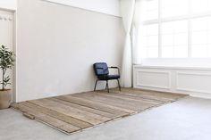 壁に設置している木板は床にしいてウッドデッキ風にアレンジすることも可能です。