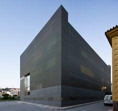 Coín Courthouse   Donaire Arquitectos, Spain. Metal strip cladding. / masonry pattern - color scheme