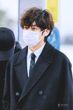 Bts Taehyung, Taehyung Photoshoot, Bts Jimin, Bts Airport, Airport Style, Airport Fashion, V Bts Wallpaper, Most Handsome Men, Daegu