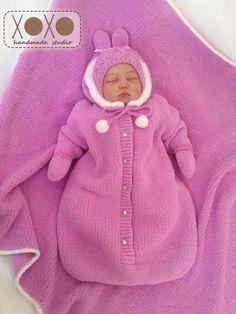 "Baby Knitting Patterns Sleeping Bag Ravelry: # 103 Baby Sleeping Bag pattern by Diane SoucyKnitting Pure and Simple--Diane Soucy--Baby Sleeping Bag (birth - 1 year)Crochet Patterns Sleeping Bag From Knitting Pure & Simple: ""A snuggly sleeping solution f Baby Knitting Patterns, Hand Knitting, Knitted Baby Outfits, Newborn Outfits, Baby Sleeping Bag Pattern, Knitted Bunting, Plush Baby Blankets, Chunky Babies, Kit Bebe"