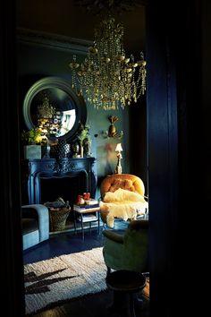Une atmosphère intime faite de bleus (outremer et turquoise) et de vert émeraude est le signe distinctif de ce petit salon. Quelques touches de lumière sont apportées par le jaune soleil du petit fauteuil et la brillance du miroir et du grand lustre doré.