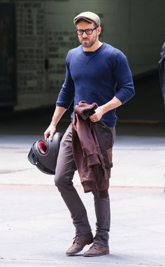 Style Watch: Ryan Reynolds from Casual to Formal image Ryan Reynolds 004 Ryan Reynolds Style, Stylish Men, Men Casual, Big Men Fashion, Fashion Vest, High Fashion, Celebrity Style Inspiration, Looks Style, Casual Outfits